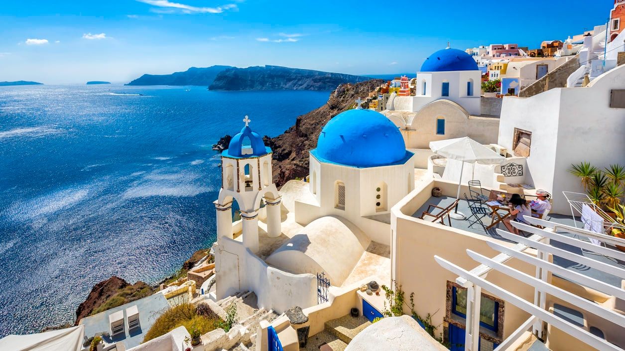 Santorini : Breathtaking Cycladic Houses, Multi-Colored Cliffs and Spectacular Sunsets