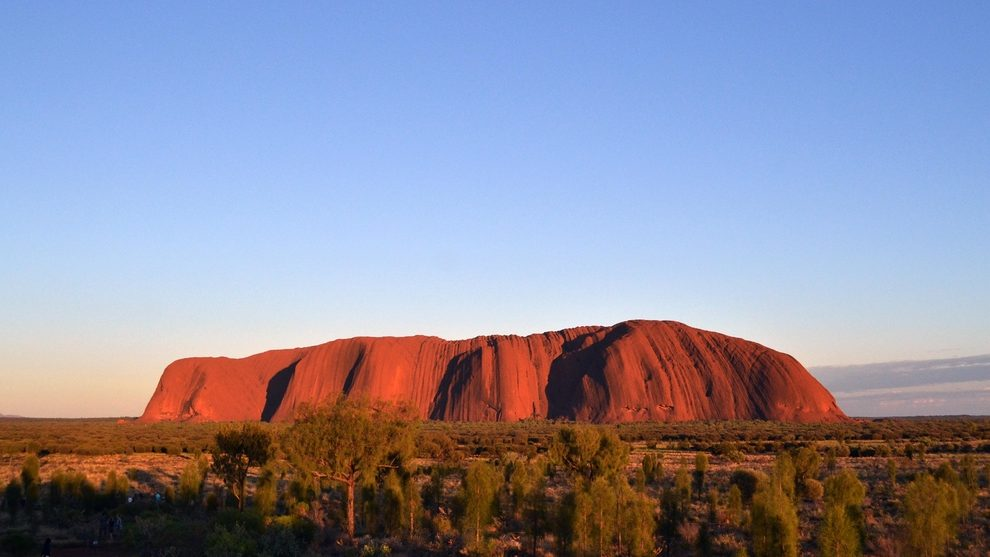 https://www.shutterstock.com/ja/image-photo/closer-uluru-ulurukata-tjuta-national-park-705650548